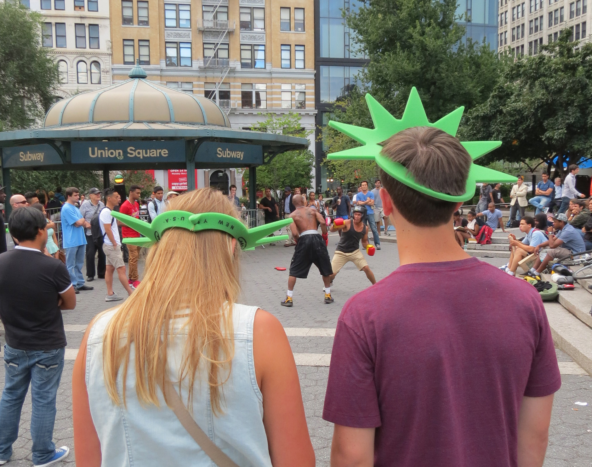 Tourists in Liberty crowns watch Fight